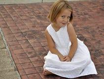 Verticale de la séance de fille assez jeune Photographie stock libre de droits