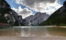 Verticale de lac Braies Photo libre de droits