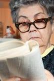 Verticale de livre de relevé aîné de femme Photographie stock libre de droits