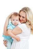 Verticale de mère affectueuse et de son enfant sur le blanc Image stock
