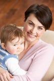 Verticale de mère avec la chéri à la maison Photo stock