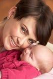 Verticale de mère avec la chéri nouveau-née à la maison Photo libre de droits