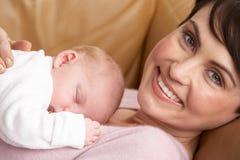 Verticale de mère avec la chéri nouveau-née à la maison Photographie stock