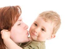 Verticale de mère embrassant son fils image stock
