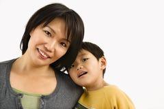 Verticale de mère et d'enfant Photo stock