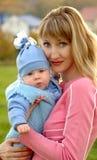 Verticale de mère et d'enfant Photographie stock