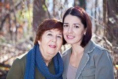 Verticale de mère et de descendant adultes heureux Image stock
