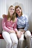 Verticale de mère et de fille adolescente proches photo libre de droits