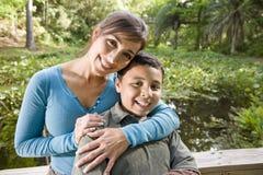 Verticale de mère et de fils hispaniques à l'extérieur Image libre de droits