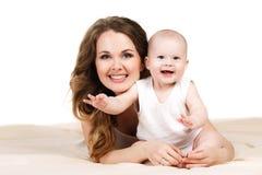 Verticale de mère heureuse avec la chéri Image libre de droits