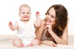 Verticale de mère heureuse avec la chéri Photos stock