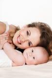 Verticale de mère heureuse avec la chéri Images stock