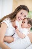 Verticale de mère heureuse avec la chéri Photographie stock libre de droits