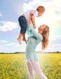 Verticale de mère heureuse avec le fils joyeux Images libres de droits
