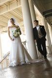 Verticale de mariée et de marié. Photo libre de droits
