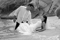 Verticale de mariée et de marié - trash la robe Image stock