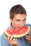 Verticale de melon d'eau de dégagement de l'homme images stock