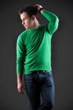 Verticale de mode d'un jeune modèle mâle images libres de droits