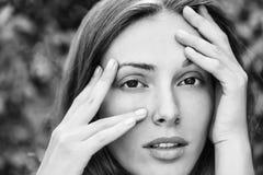 Verticale de mode d'une fille Jolie fille de brunette Photographie stock