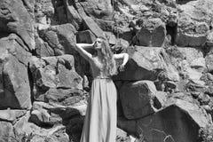 Verticale de mode d'une fille Jolie fille dans la robe bleue Images stock