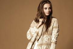 Verticale de mode de beau femme Photographie stock