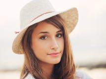 Verticale de mode de beau jeune femme Photographie stock libre de droits