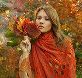 Verticale de mode de femme étonnant Photo libre de droits