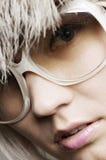 Verticale de mode de femme dans des lunettes de soleil Image libre de droits