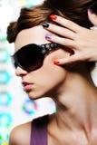 Verticale de mode de jeune beau femme Photo libre de droits