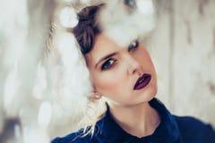 Verticale de mode de jeune femme Photographie stock