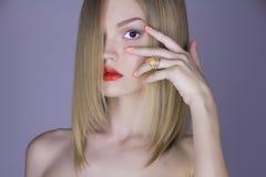 Verticale de mode de jeune femme blonde images stock
