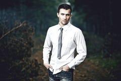 verticale de mode de jeune homme, à l'extérieur Photo stock