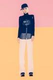 Verticale de mode de la mode élevée look Fille dans des vêtements à la mode Photographie stock libre de droits