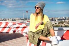 Verticale de mode de la mode élevée look fille modèle blonde élégante de charme la belle jeune dans le hippie occasionnel in Photos stock