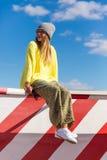Verticale de mode de la mode élevée look fille modèle blonde élégante de charme la belle jeune dans le hippie occasionnel in Photographie stock