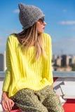 Verticale de mode de la mode élevée look fille modèle blonde élégante de charme la belle jeune dans le hippie occasionnel in Image stock