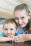 Verticale de mère avec le fils Photographie stock libre de droits