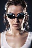 Verticale de nageuse de jeune femme Photographie stock libre de droits