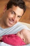 Verticale de père avec la chéri nouveau-née à la maison Photos stock