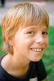 Verticale de petit garçon à l'extérieur Images libres de droits