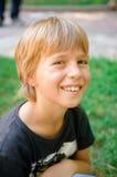 Verticale de petit garçon à l'extérieur Photo stock