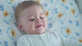 Verticale de petit garçon de sourire adorable banque de vidéos