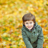 Verticale de petit garçon espiègle en stationnement Image libre de droits