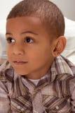 Verticale de petit garçon ethnique dans la chemise checkered Photographie stock libre de droits