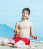 Verticale de petit garçon heureux sur la plage Photos libres de droits
