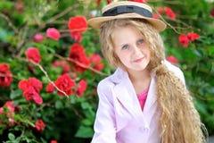 Verticale de petite fille à l'extérieur Photos libres de droits