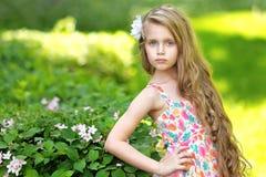 Verticale de petite fille à l'extérieur Images stock