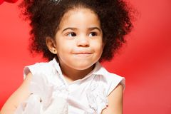 Verticale de petite fille d'une chevelure bouclée adroite Image stock