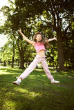 Verticale de petite fille jouant en stationnement Photographie stock