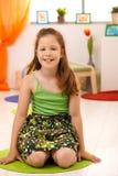 Verticale de petite fille à la maison Photo libre de droits